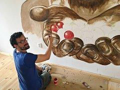 Milan Tóth je autorem kávového obrazu na stěně chomutovské pražírny. Lidé znají jeho fantasy kresby a malby.