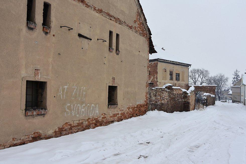 """Ze stěn starých domů u návsi vystupují nápisy jako """"Dubček - ČS, svoboda"""" a """"Ať žije svoboda!"""" Podle místních pocházejí z roku 1968 a léta byly zatřené. Déšť ale nátěry smyl a hesla tak opět připomínají historii."""