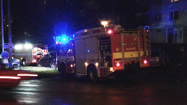 Na sídlišti Zahradní ve Skalkové ulici museli včera zasahovat hasiči a pyrotechnik