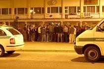 Policisté včetně dvou členů antikonfliktního týmu uklidňují Romy shromážděné na ervěnickém náměstí. Podařilo se, Romové se rozešli domů.
