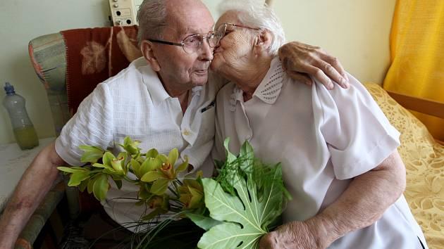 """Františka a František Votavovi spolu již prožili 78 let. 73 let jsou manželé. Oba žijí spokojený a poklidný život, tak jako jejich děti. František pracoval téměř celý život jako technik v elektrárně a Františka jako """"strojnička""""- obsluha turbín a později"""