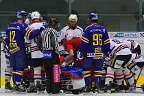 Zdravotníci a hokejisté kolem zraněného Jana Müllera.
