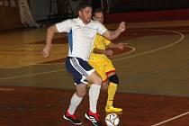Sokol Údlice (v bílém) v rámci druhého turnaje 2. zimní ligy remizoval s týmem FC Merkur Kadaň 1:1.