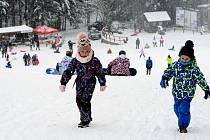Stovky lidí vyrazily na svah do Mezihoří na Chomutovsku. Bobovalo se, sáňkovalo a sněhová děla jela na plno.