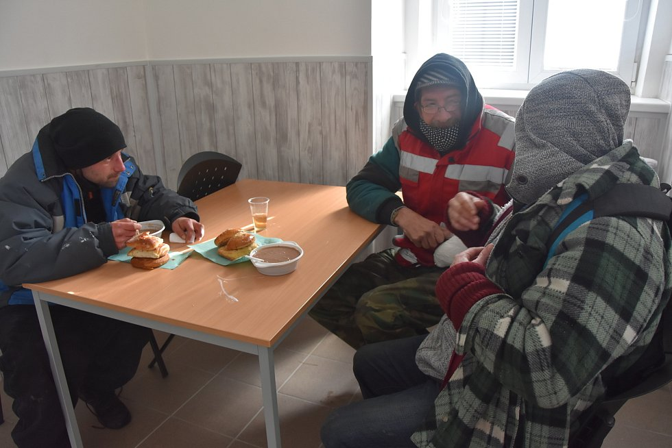 Bezdomovci v nízkoprahovém denním centru, které nově otevřeli v Prunéřově.