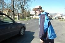Figurant se snaží v Otvicích přejít přes přechod. Během deseti minut mu dali přednost jen čtyři řidiči.