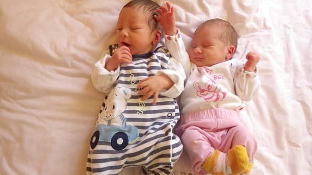 Tereza Smažáková (2,46 kg a 47 cm) a Šimon Smažák (2,42 kg a 46 cm) se narodili 14.12.2016 v kadaňské porodnici. První přišla na svět Terezka (na fotografii vpravo), a to v 8:42 hodin. Šimonek spatřil světlo světa o minutu později.