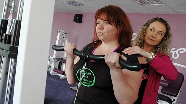 Paní Romana při cvičení v Contours, věnuje se jí trenérka Petra.