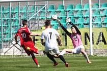 Josef Čížkovský střílí druhý gól Chomutova.