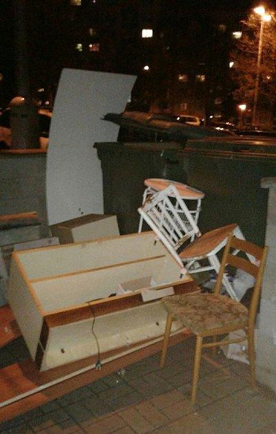 Hromada nábytku vchomutovské ulici Jirkovská