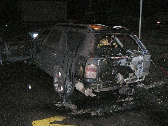 Snímky z požáru v jirkovské Jezerské ulici. Během požáru popelnice shořelo i auto.