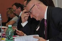 Petr Husák z ČSSD studuje materiály do zastupitelstva. Jeho strana pondělní návrh na snížení daně podpořila. Nutno však dodat, že to byla i ČSSD, která před lety vyšší daň zavedla.