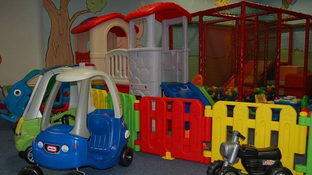 Spousta hraček, herních atrakcí  a barev. To je herna Kulíškov v obchodním centru Chomutovka.