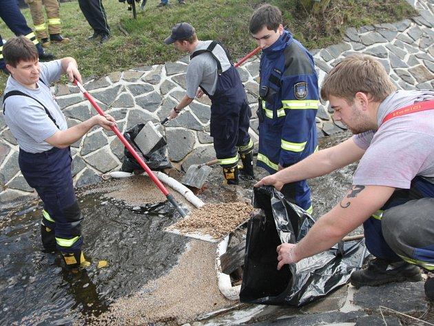 Do potoka v Klášterci  vytekl olej z nedaleko zaparkovaného auta. Na místo proto vyjeli dobrovolní hasiči, kteří v korytě instalovala norné stěny, aby se olej dál nešířil po hladině. Mazlavý filtr na hladině   posypali asorbční látkou.
