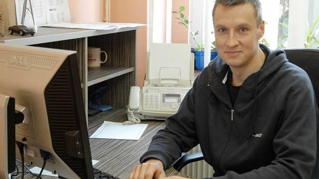 Jan Lundell poseděl u počítače, kde jste mu dávali otázky, jen na chvíli. Kvůli jazykové bariéře za něj odpovídal tlumočník.