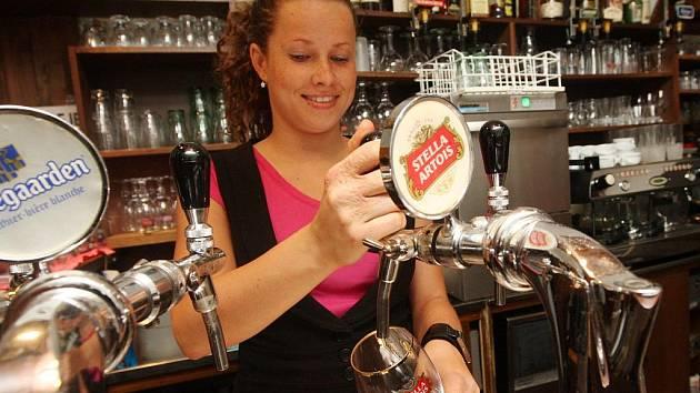 TO RADĚJI NEFOŤTE. Barmanku Lucii jsme s fotografem přepadli dopoledne. Jak každý ví, první pivo není na točení ideální, ale při fotografování to nevadí.