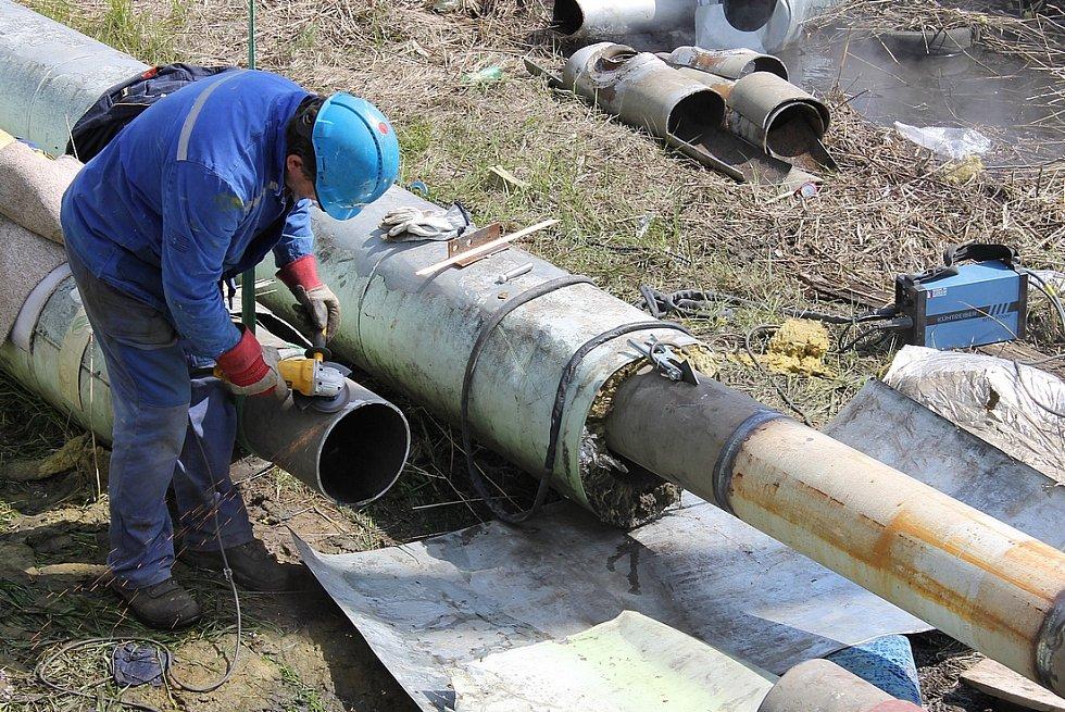 Zabrušování pravé větve horkovodu před následním navařením nového dílu potrubí. Pravá větev je již opravena.