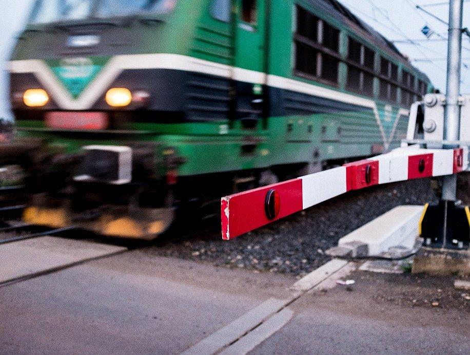 Muž skočil pod rozjetý vlak. Ilustrační foto.