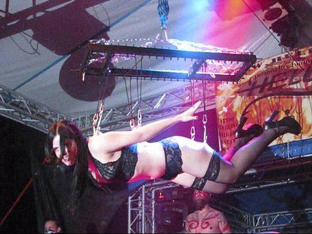 Žena zavěšená na háky byla vyvrcholením pekelného programu.