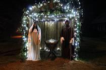 Krásný betlém svítí na návsi v Otvicích