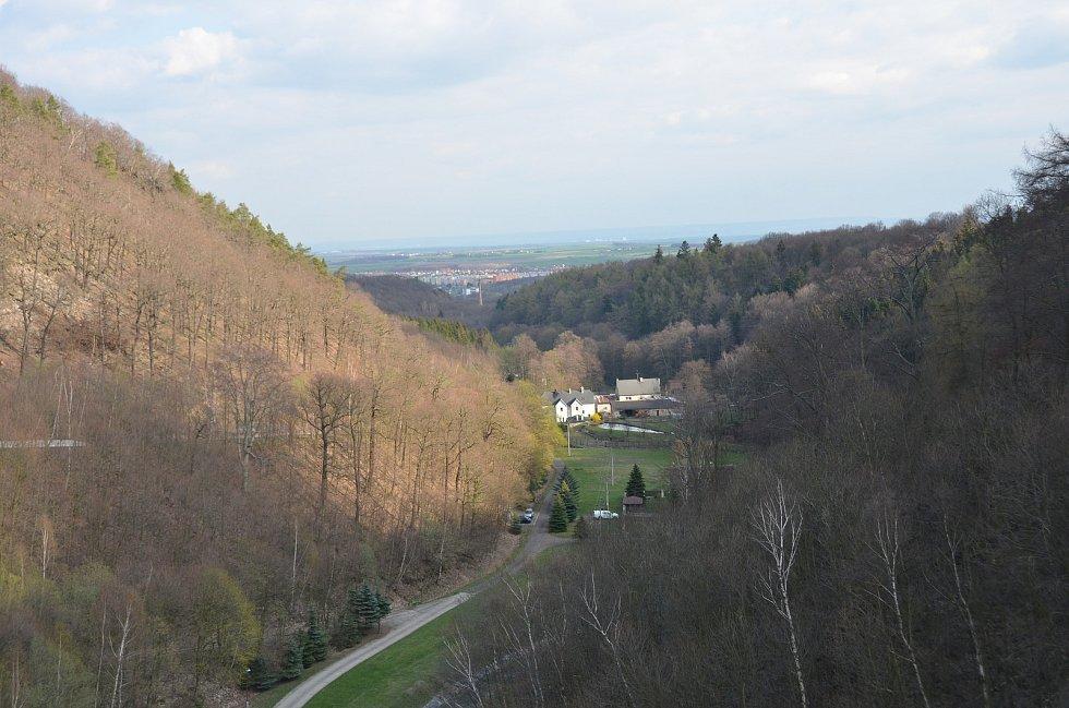 Pohled z hráze přehrady.