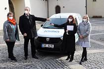 Nová Dacia Dokker začala sloužit kadaňských seniorům.