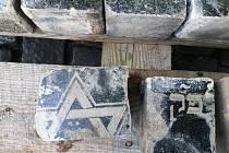 Dlažební kostky z náhrobků.