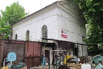 Židovská synagoga v Jirkově (na snímku), stojí v ulici 5. května. Po druhé světové válce zde byl krátce sklad a pak sběrna kovového odpadu.