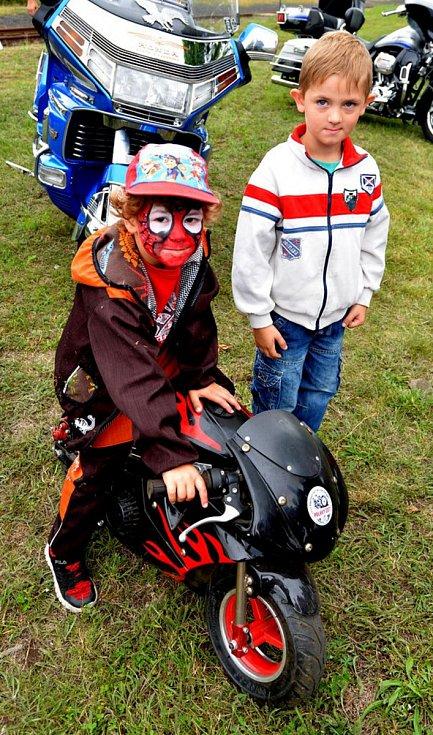 Na pouťový festival a motorkářský sraz v Polákách dorazily stovky lidí.