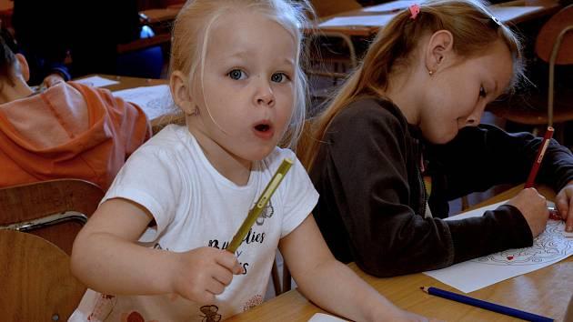 Na Sřední zdravotnické škole v Chomutově proběhla za účasti dětí a rodičů soutěž Rodiné zápolení s kozou Rozou.