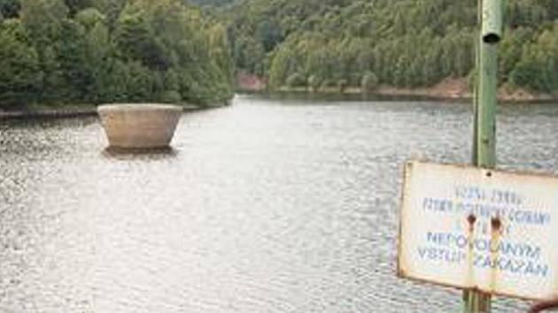 KRÁSNÝ VÝHLED. Nádherná scenérie jirkovské přehrady je teď v létě ještě nejkrásnější, k vodě se ale nesmí.