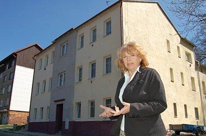 Vejprtská starostka Jitka Gavdunová před opraveným domem.