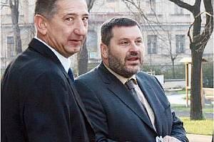 Advokát Jan Růžek s Alexandrem Novákem před chomutovským soudem.
