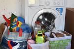 Díky věcné sbírce se lidé postižení požárem rychleji postaví na nohy. Mezi dary je dokonce pračka, děti mají největší radost z hraček.