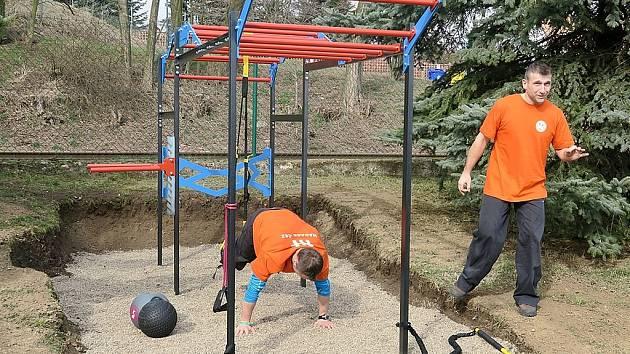 Prolézačka? Ve skutečnosti se jedná o důmyslné zařízení pro posilování celého těla. Jak na něm cvičit předvedli David Holzer a Jakub Strakoš.