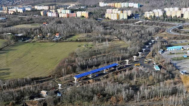 Výstavba nové silnice u Chomutova.