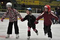HURÁ NA LED! Diskotéku a zábavu na ledě si mohou děti užít v Chomutově.