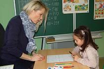 Natálka Hrubešová přišla k zápisu s maminkou. Z představy, že už brzy bude chodit do školy byla nadšená. Na fotografii je s učitelkou Ivanou Drozdovou při malování obrázku.