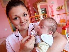 Studentka zdravotnické školy Soňa Koukalová na dětském oddělení v kadaňské nemocnici s nalezeným miminkem.