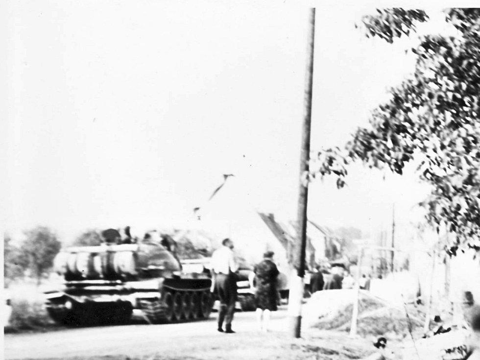 Tanky s vojáky projíždějí městem.