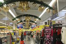 Vánoční výzdoba se začíná již v těchto dnech objevovat také ve většině obchodů na Chomutovsku.