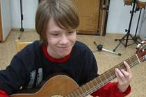 V domu dětí a mládeže v Chomutově je jedním z oblébených kroužků hra na kytaru.
