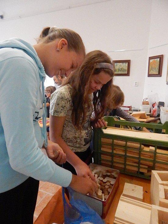 Děti se v Jirkově přiučí práci se dřevem, šití, vaření a seznámí se s elektřinou.