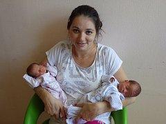 Lucie a Izabela se narodily 24. srpna 2017 rodičům Lucii a Petru Sieglovým z Kovářské. Lucie (v růžovém) přišla na svět v 11.11 hodin s váhou 1,92 kg a  mírou 43 cm. Izabela o sedm minut později s váhou 2,04 kg a mírou 45 cm.