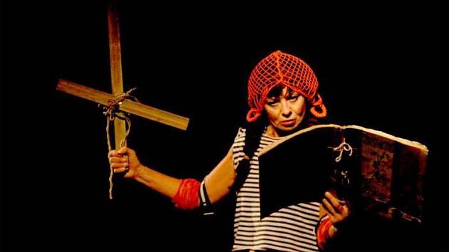 Vilma Cibulková v divadelní hře Druhá smrt Johanky z Arku.