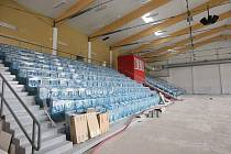 Sedačky na tribuně jsou ještě zakryté.