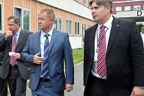Ministr zdravotnictví Svatopluk Němeček (vlevo) si společně s místopředsedou představenstva Krajské zdravotní a. s. Radkem Scherferem prohlíží areál chomutovské nemocnice.