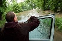Hlavní příjezdová cesta do Škrle. Kvůli velké vodě zavřená.