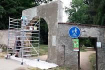 Město nechalo opravit renesanční bránu v kláštereckém zámeckém parku, kterou brzy osadí kovanými mřížemi.