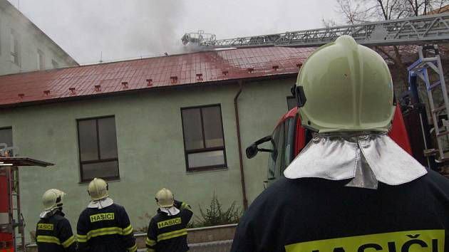 Ve čtvrtek odpoledne hořela střecha malé tělocvičny chomutovské ZŠ Hornická.